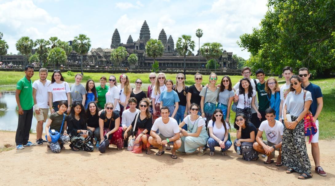 カンボジアの世界遺産アンコールワットを訪れた高校生ボランティアたち